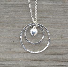 Halsband dubbla cirklar hjärta silver